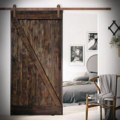 Drzwi szarpane i szyna pordzewiana. System stalowy.