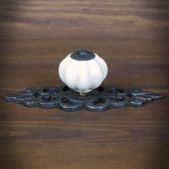 Gałka meblowa ceramiczna z szyldem ozdobnym