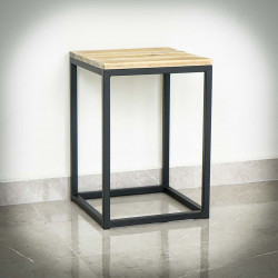 stolik z czarnymi nogami
