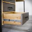 biurko z metalowymi szufladami