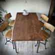 stoł z drewnianym blatem w kolorze brąz