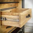 drewniana szuflada z metalowym uchwytem
