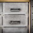 loftowa komoda z metalowymi szufladami
