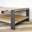 metal i drewno w salonie