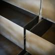metalowe szuflady w komodzie