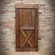 Kompletne drzwi na ścianie z cegły