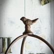 ozdobny stojak z metalu