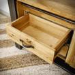 wysunięta drewniana szuflada regału
