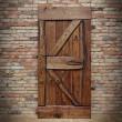 Drzwi do systemów przesuwnych na ścianie z czerwonej cegły