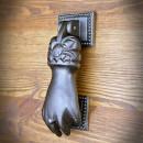 żeliwna kołatka do drzwi dłoń