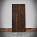 Tył drzwi z sosnowych desek szarpanych