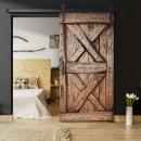 Drzwi brązowe. Połączenie sypialni z salonem