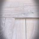 Widok litego dębu w postarzanych drzwiach rozsuwnych