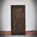 Drzwi przesuwne na tle białej ściany z cegłą