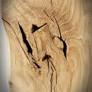 nierówne naturalne pęknięcia na blacie z drewna dębowego