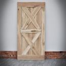 Drzwi dębowe na białej ścianie.