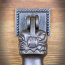 dłoń kołatka do drzwi