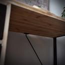 drewniane biurko z elementami metalowymi