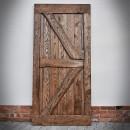 Kontrast, Drzwi brązowe na białej ścianie