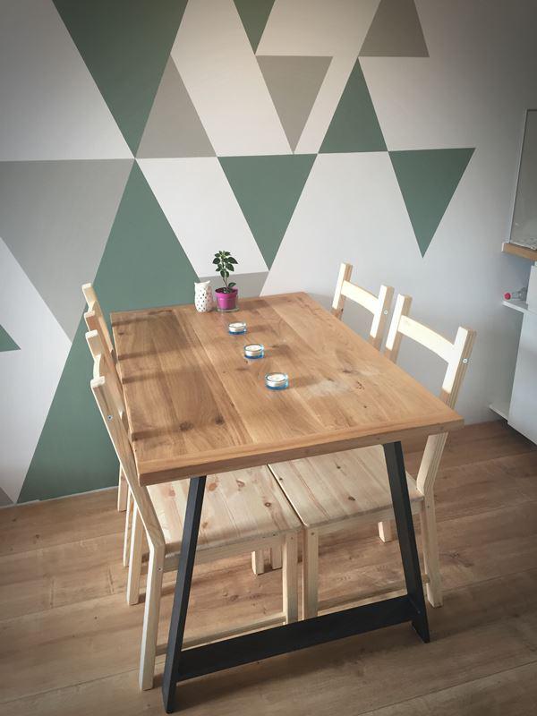 Drewniany stół z nogami typu A