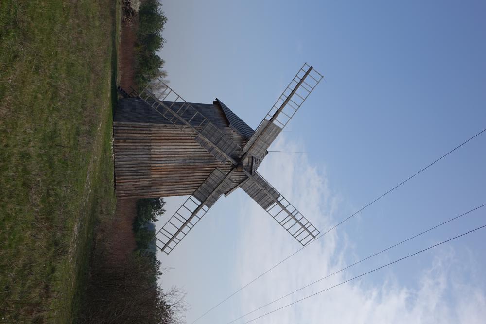 Stary zabytkowy drewniany wiatrak
