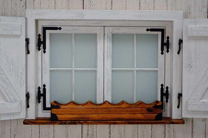 Okno z okiennicami