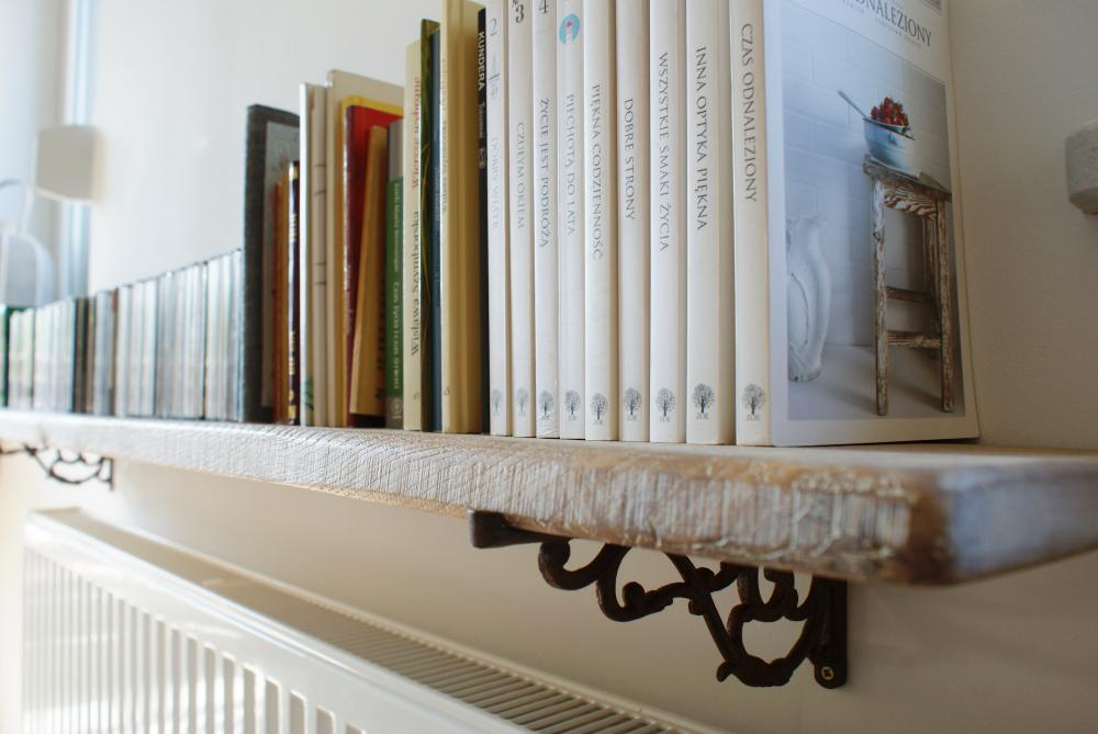 Postarzana półka na książki