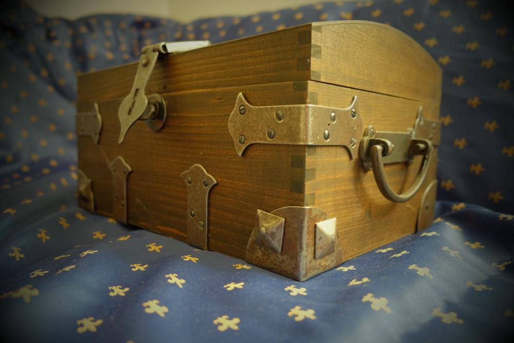 Kuferek z starodawnymi okuciami
