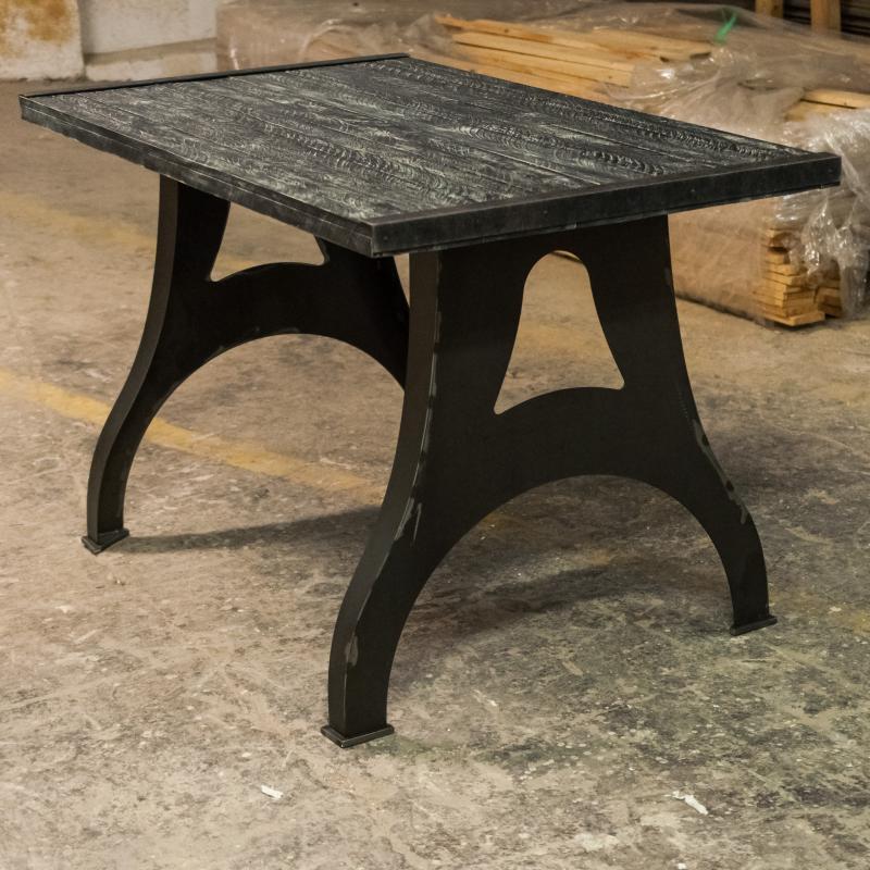 Postarzany stół z masywnymi nogami
