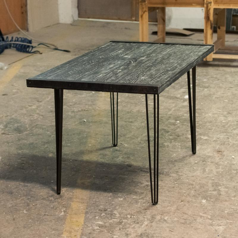 Ciemny stół z interesującymi nogami