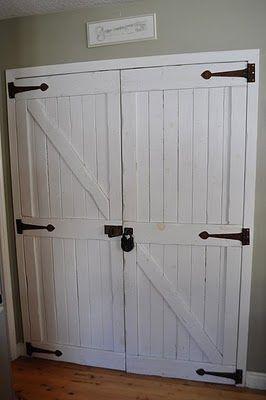 Drzwi drewniane z rustykalnymi okuciami.