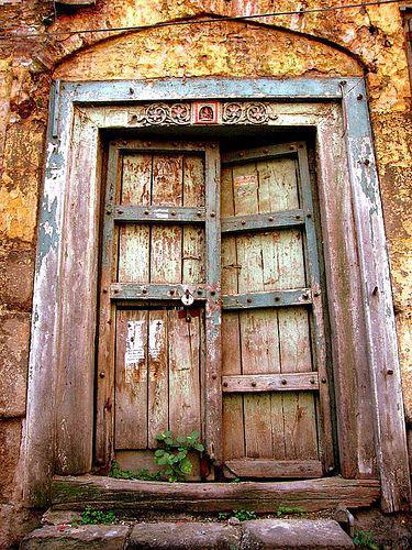 Stare drzwi z okuciami