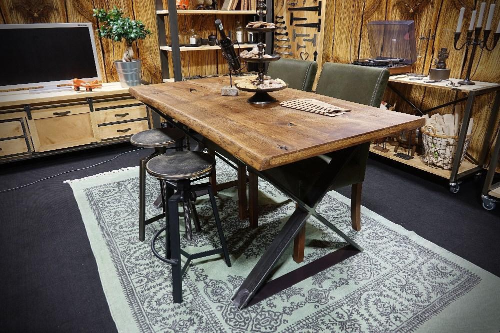 Stół ze stalowymi nogami