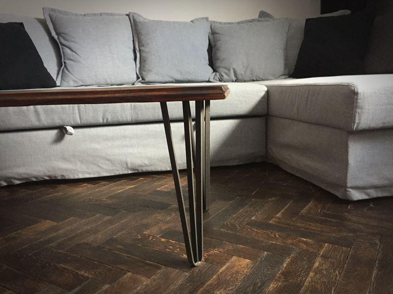 Rustykalny stół ze starych desek