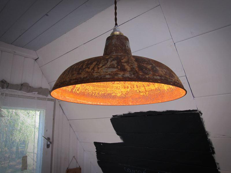 Lampa sufitowa pokryta rdzą
