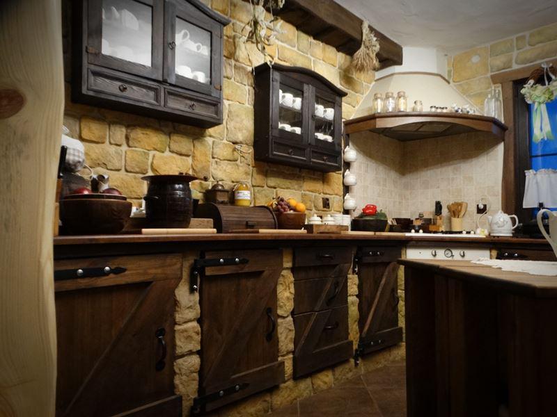 Rustykalna kuchnia z retro okuciami