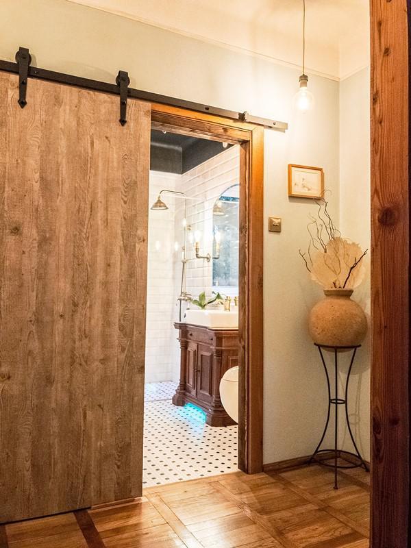 Rustykalne drzwi do łazienki