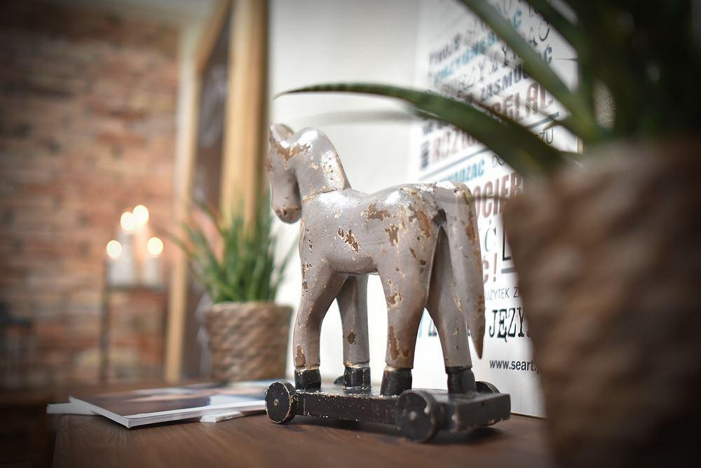 Drewniany koń z drewna ręcznie wykonany