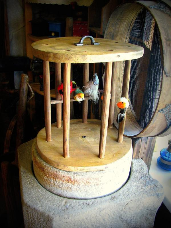 Drewniana klatka na ptaki