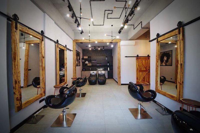 Salon fryzjerski w stylu rustykalnym