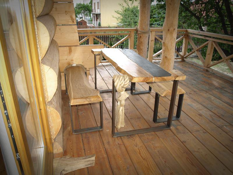 Stół i ławki z drewna na stalowych nogach