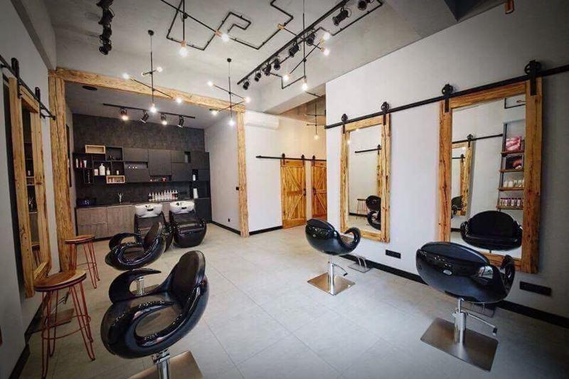 Wnętrze salonu fryzjerskiego w stylu rustykalnym