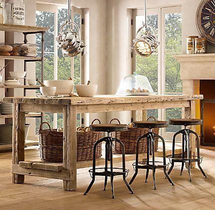 Stół drewniany retro z taboretami w stylu vintage