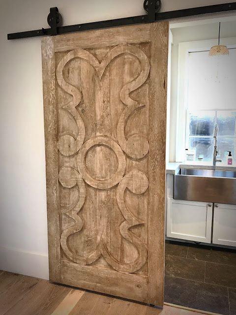 Dekoracyjne drzwi drewniane na prowadnicy