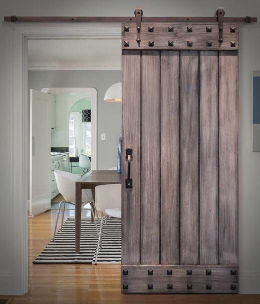Drewniane drzwi z dekoracyjnymi ćwiekami