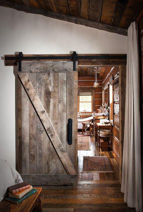Rustykalne, stare drzwi na prowadnicach