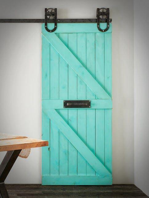 Kolorowe drzwi przesuwne na uchwytach typu podkowa