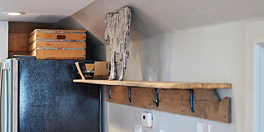 drewniana półka na wspornikach