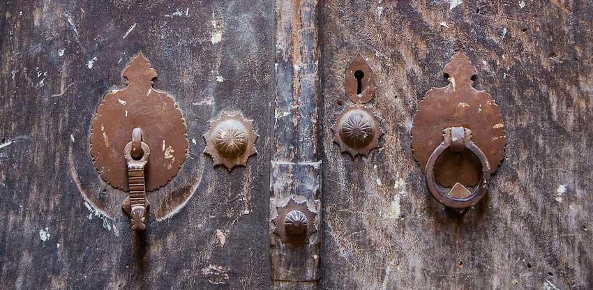 Kołatki do drzwi – elegancja w starym stylu